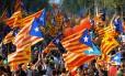 Multidão acena bandeira nacional da Catalunha; marcha toma conta da cidade sob o lema 'Catalunha, o novo Estado da Europa'