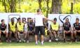 Dorival Júnior conversa com jogadores do Flamengo após o treino