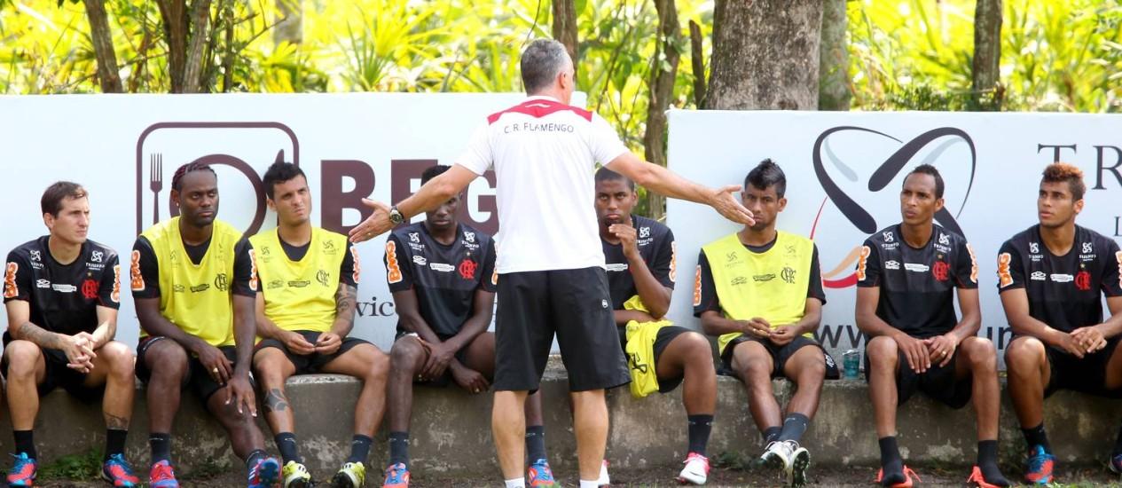 Dorival Júnior conversa com jogadores do Flamengo após o treino Foto: Ivo Gonzalez