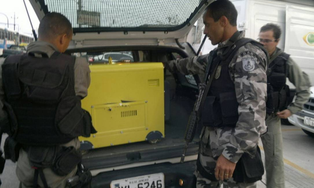 Agentes apreendem um gerador de 6 mil volts em um dos acampamentos em Gericinó Antônio Werneck / O Globo