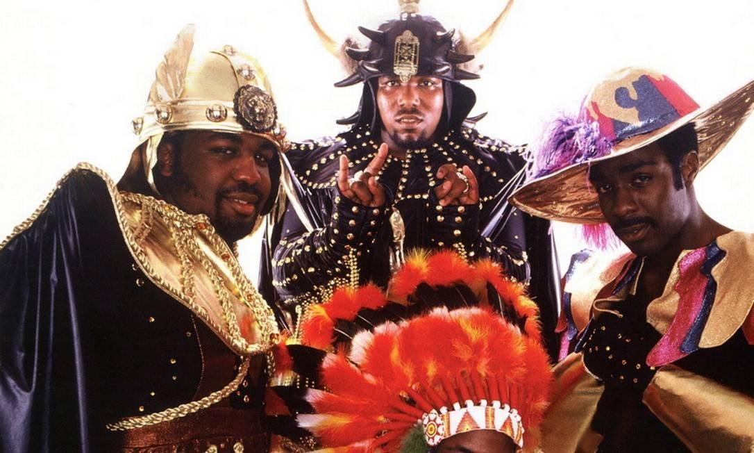 Afrika Bambaataa (atrás, ao centro) e o grupo Soulsonic Force, em 1982 Foto: Divulgação