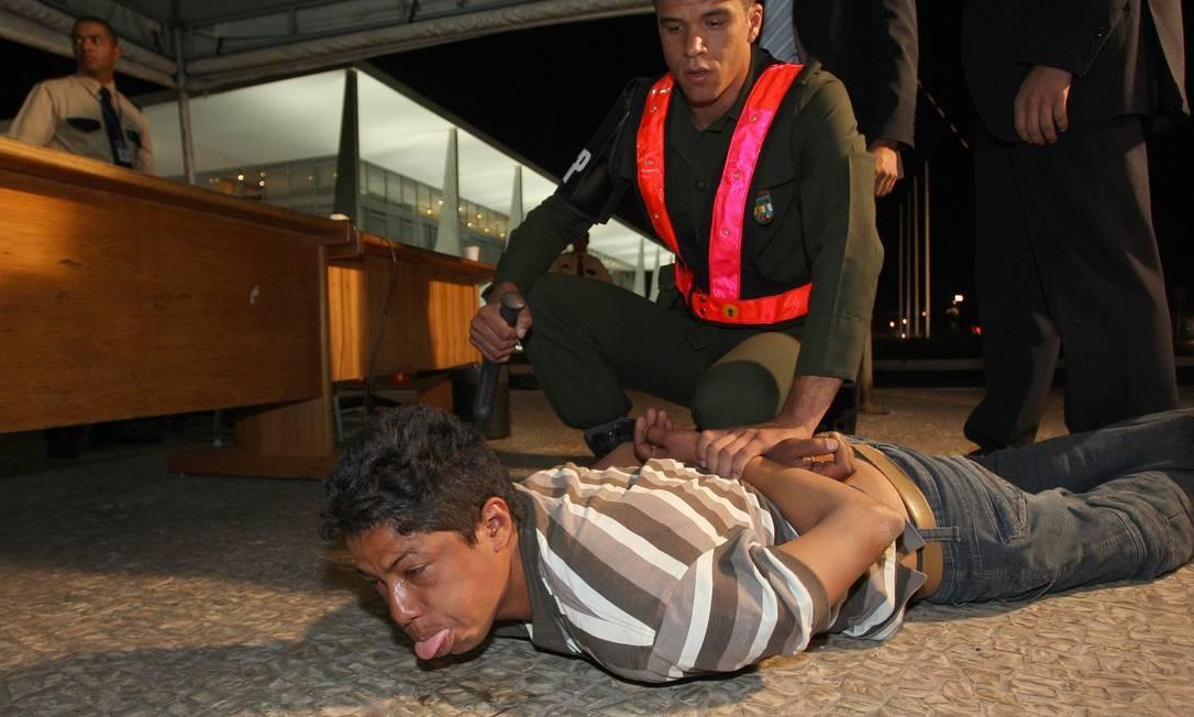 Edmeire da Silva é contida por guarda do Palácio do Planalto Foto: Agência O Globo / Gustavo Miranda