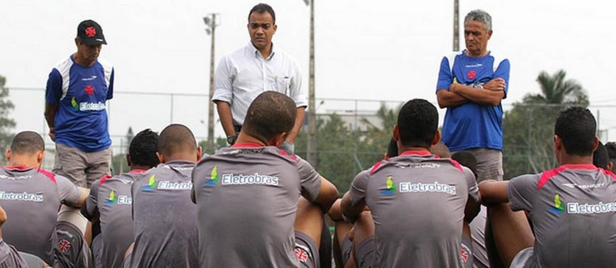 Daniel Freitas (de branco) em conversa com os jogadores do Vasco antes de um treino. Dirigente está cotado para deixar o clube Foto: Divulgação / Vasco