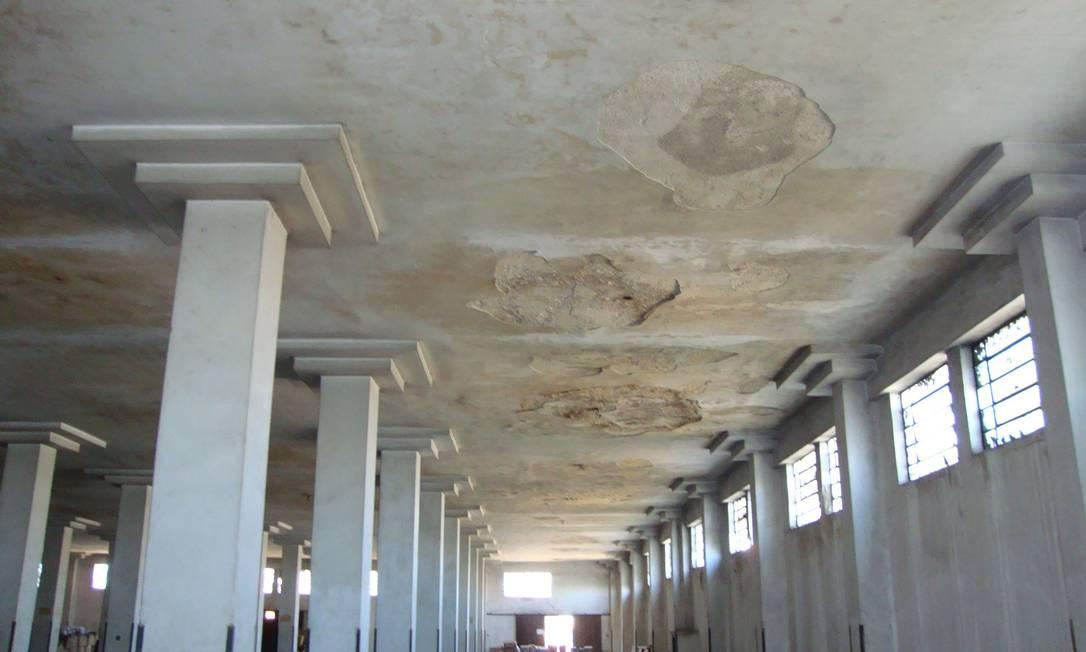 Precariedade. Infiltrações ocupam quase todo o teto do prédio anexo da Biblioteca Nacional Foto: Funcionários / Divulgação