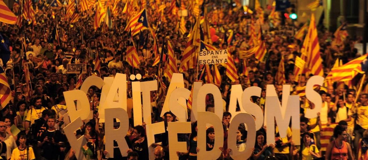 Mais de um 1,5 milhão de partidários do separatismo catalão tomam as ruas de Barcelona: movimento registra crescimento desde 2009 e mobiliza a sociedade civil Foto: AFP PHOTO/LLUIS GENE