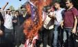 """Um onda de protestos contra o filme """"A inocência muçulmana"""" -produzido nos EUA - foi registrada em diversos países árabes nesta quarta-feira. Além de tumultos que causaram a morte do embaixador americano na Líbia, manifestações na Tunísia, Marrocos, Egito e Faixa de Gaza também foram registradas. Na foto, palestinos queimam bandeira dos EUA"""