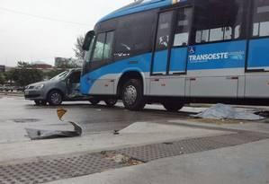 Carro de passeio fez um retorno fora do local permitido, foi arrastado por ônibus e atingiu mulher Foto: Carolina de Oliveira Castro / O Globo