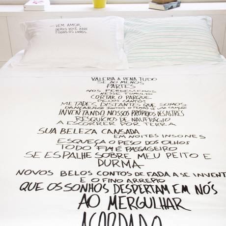Entre lençóis. Coleção criada por Luiza Marcier e Omar Salomão Foto: Divulgação/Martin Ogolter