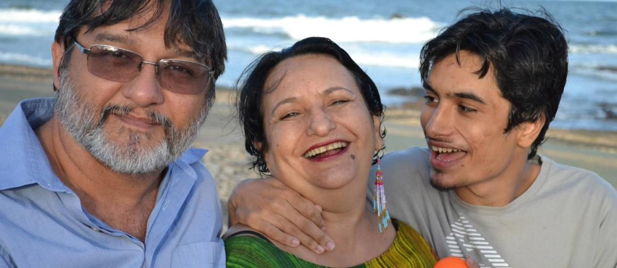 Argerimo Garcia e Mariene Maciel, autores do livro 'Brincanto: autismo tamanho família', e o filho deles, Gabriel Foto: Divulgação/Gabriela de Paula
