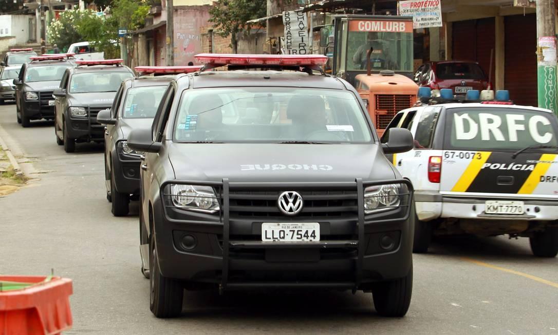 O comboio da polícia na chegada à comunidade Foto: Gabriel de Paiva / O Globo