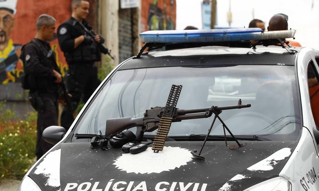 A metralhadora antiaérea .30, capaz de derrubar helicóptero, que foi apreendida no Morro do Chapadão Foto: Pablo Jacob / O Globo