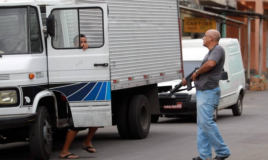 Motorista de caminhão é abordado por policial no interior do Chapadão Foto: Gabriel de Paiva / O Globo