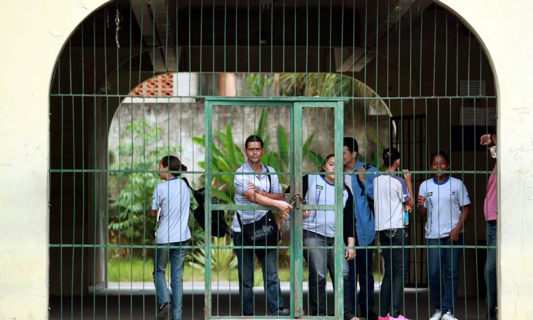 O portão do Ciep Raul Seixas, no Morro do Chapadão, fechado na manhã desta sexta-feira Foto: Gabriel de Paiva / O Globo