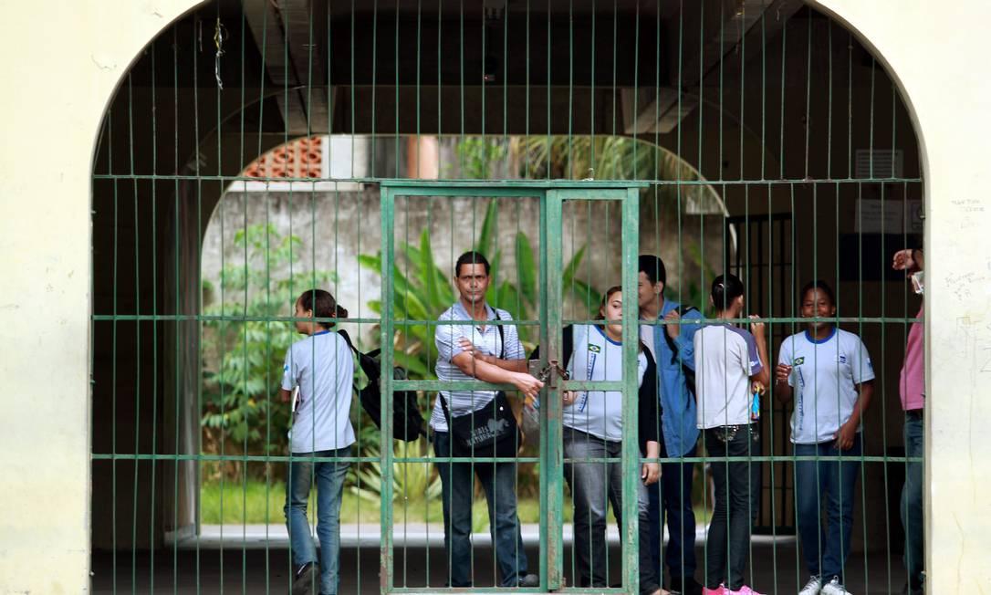 O portão do Ciep Raul Seixas, no Morro do Chapadão, fechado na manhã desta sexta-feira Gabriel de Paiva / O Globo