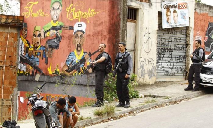Casal é abordado por policiais Pablo Jacob / O Globo