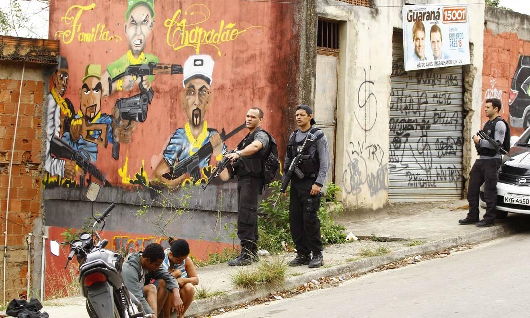 Casal é abordado por policiais Foto: Pablo Jacob / O Globo