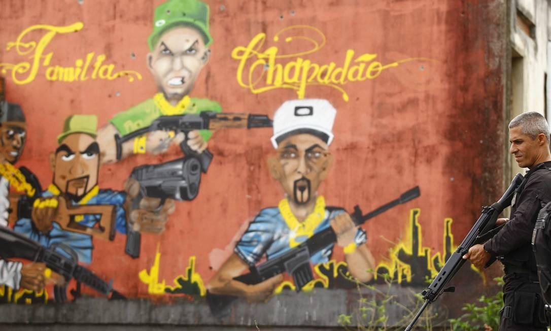 O retrato da violência em um muro no interior do Morro do Chapadão Foto: Pablo Jacob / O Globo