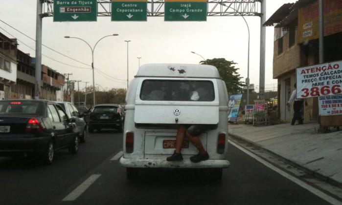Lotada: passageiro fica com as pernas para fora de kombi que circulava na Linha Amarela Foto do leitor Jorge Mansur / Eu-Repórter