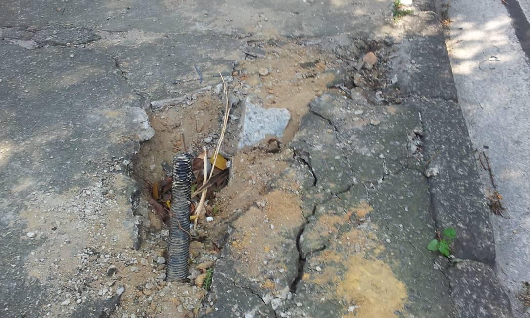 Acabamento não é realizado após retirada de poste da Avenida Visconde de Albuquerque, no Leblon Foto da leitora Léa Freire / Eu-Repórter