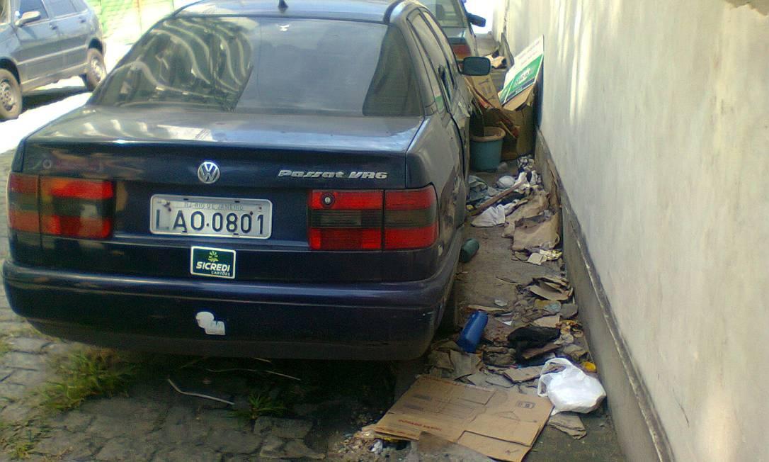 Rua Três de Janeiro virou depósito de carros abandoandos, que trazem ratos e sujeira, de acordo com leitor Foto do leitor Daniel Mourão / Eu-Repórter