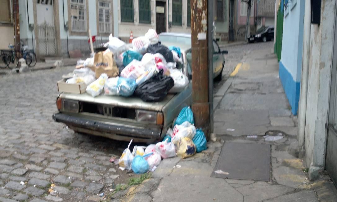 Carro abandonado vira depósito de lixo na Rua Pedro Américo, no Catete. Há uma Unidade de Ordem Pública a 400 metros do local Foto do leitor Marcelo Matias / Eu-Repórter