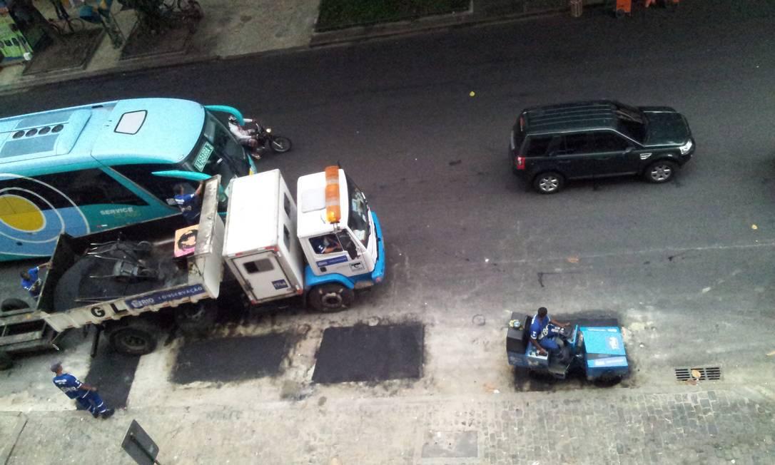 Prefeitura faz reparos no asfalto sem pôr sinalização aos motoristas no Leblon, diz leitor. A foto foi tirada no cruzamento das avenidas Ataulfo de Paiva e Afrânio de Melo Franco Foto do leitor Mauro Freire / Eu-Repórter