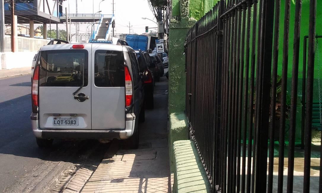Carros tomam a calçada e não deixam espaço para os pedestres na Rua Goiás, em Piedade, na Zona Norte do Rio Foto do leitor Ronaldo Roenick / Eu-Repórter