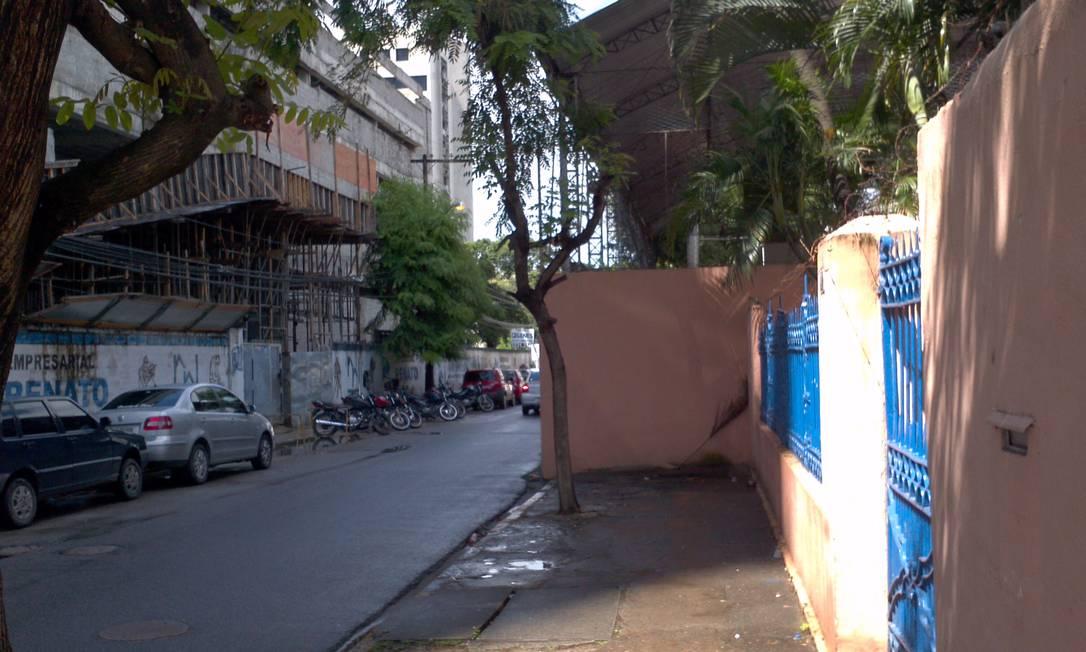 Muro encobre área de calçada na Rua Epaminondas de Melo, no bairro Derby, no Recife Foto do leitor Tamar Vilaça / Eu-Repórter