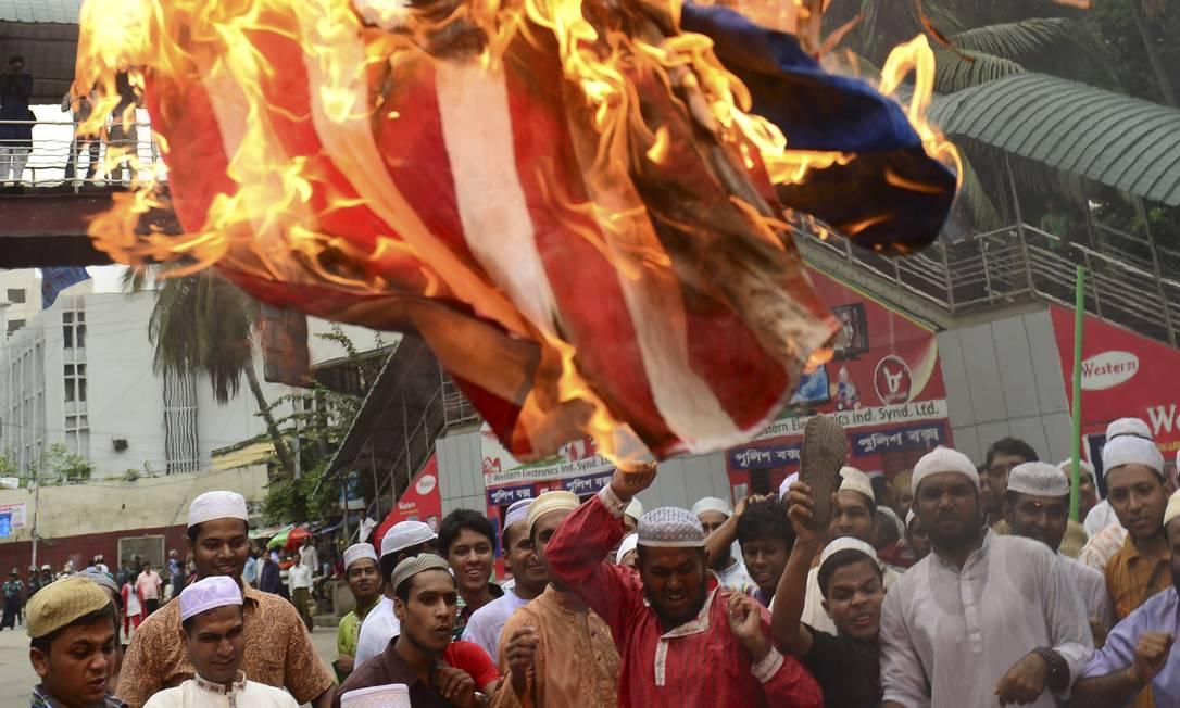 """Protestos contra o filme """"A inocência muçulmana"""", feito nos EUA, se multiplicaram nesta sexta-feira. Em Bangladesh, cerca de 10 mil manifestantes foram às ruas e queimaram uma enorme bandeira americana MUNIR UZ ZAMAN / AFP"""