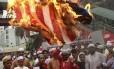 """Protestos contra o filme """"A inocência muçulmana"""", feito nos EUA, se multiplicaram nesta sexta-feira. Em Bangladesh, cerca de 10 mil manifestantes foram às ruas e queimaram uma enorme bandeira americana"""