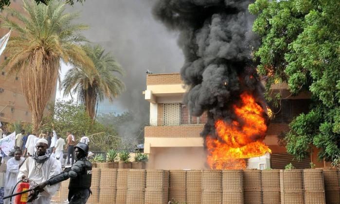 Manifestantes incendiaram a embaixada, rasgaram a bandeira alemã e hastearam uma bandeira islâmica no local ASHRAF SHAZLY / AFP