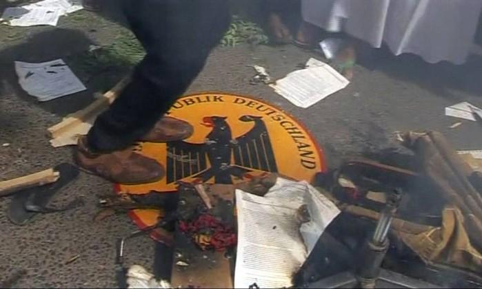 O símbolo da missão diplomática da Alemanha foi arrancado da parede e pisoteado REUTERS TV / REUTERS