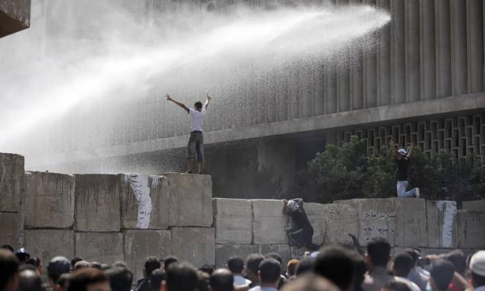 No Egito, milhares de pessoas tentaram protestar em frente à embaixada americana no Cairo, mas foram impedidas por policiais e barricadas de blocos de concreto Nasser Nasser / AP
