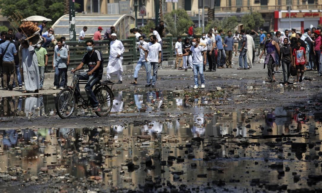Manifestantes jogaram pedras e pedaços de madeira em policias, que responderam com bombas de gás e água Nasser Nasser / AP