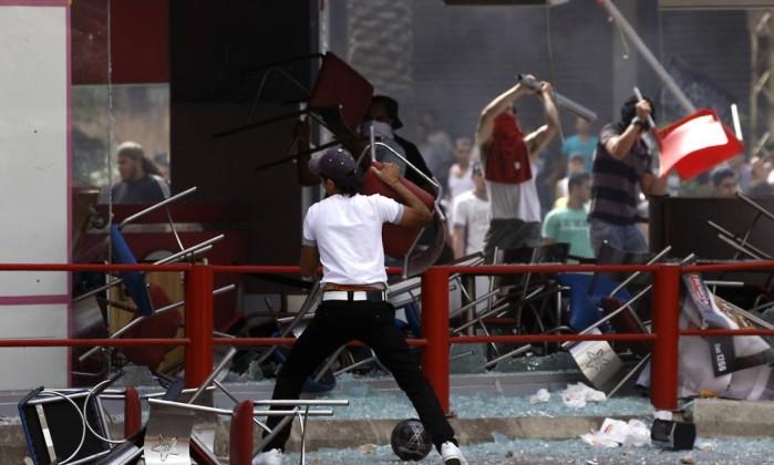 No Líbano, centenas de pessoas invadiram uma lanchonete da rede americana KFC STR / AFP