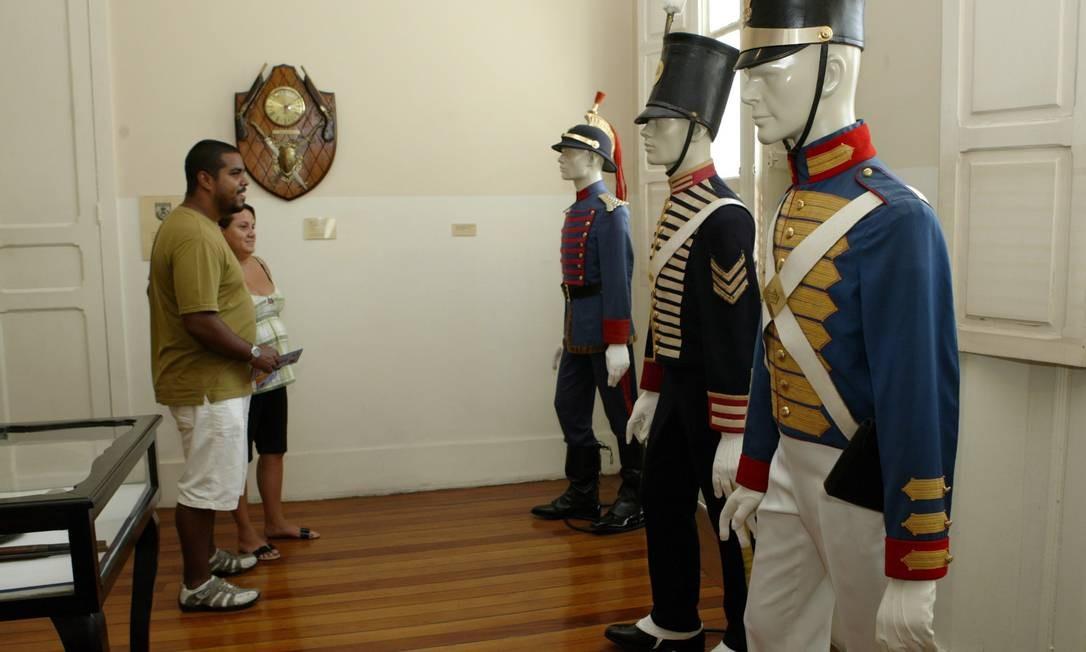 Primeiras fardas da PM fascinam visitantes do Museu da Polícia Militar Foto: André Teixeira / O Globo
