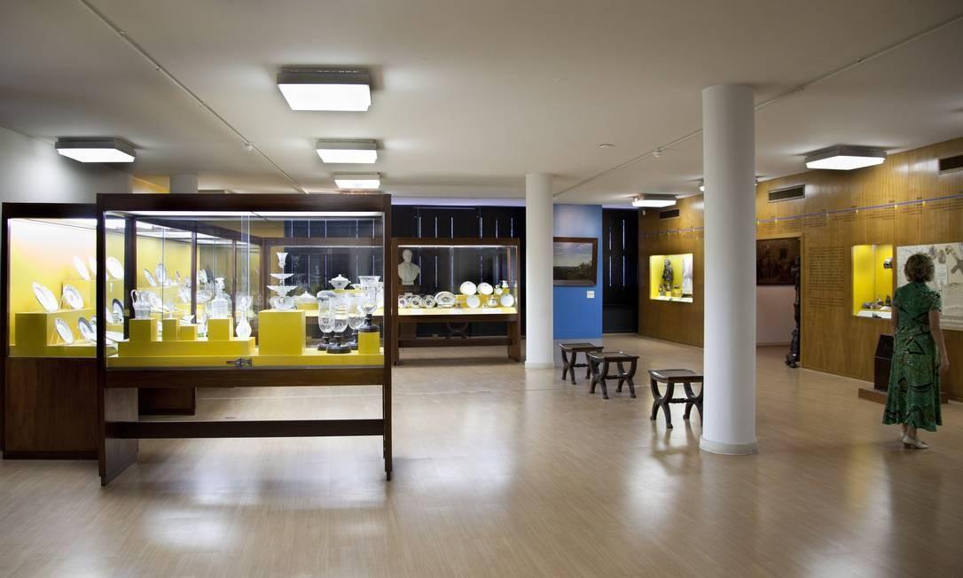 Sala principal do Museu do Instituto Histórico e Geográfico Brasileiro exibe coleção de porcelana Foto: Simone Marinho / O Globo