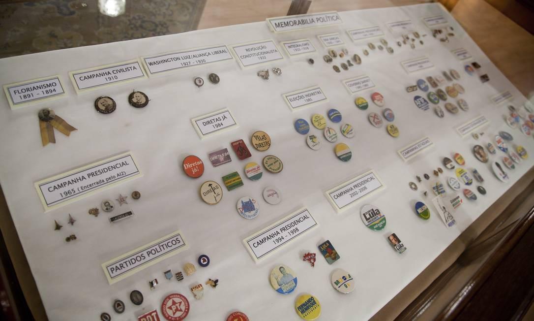 Botons de campanhas eleitorais históricas são exibidas no Museu do Instituto Histórico e Geográfico Brasileiro, um dos mais antigos do país Foto: Simone Marinho / O Globo