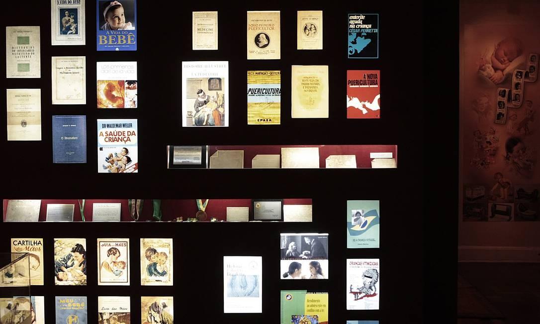 Cartilhas e livros sobre cuidados com bebês são expostos no Museu de Pediatria Foto: Gustavo Stephan / O Globo