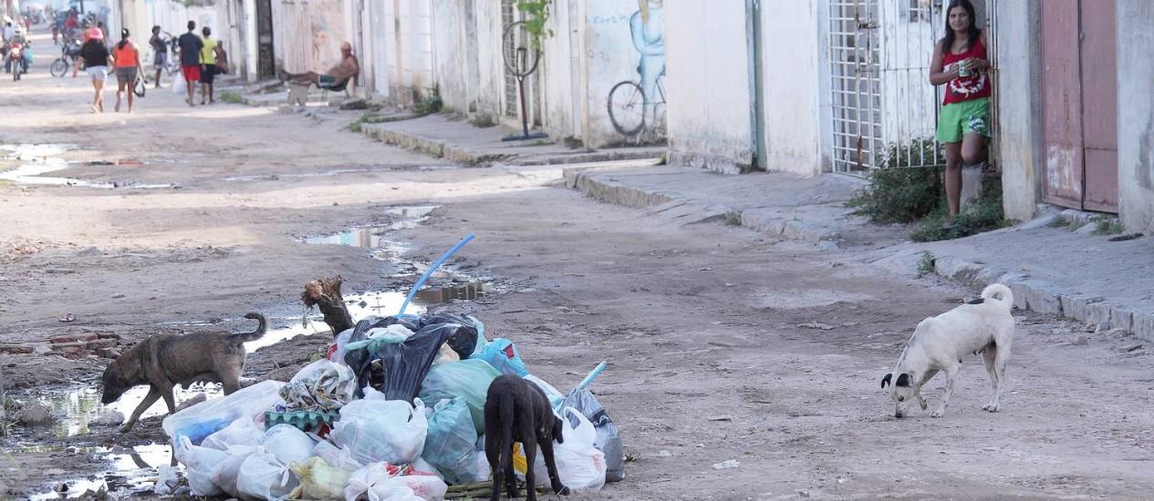 Sem asfalto: no bairro de Campina do Barreto, em Recife, moradores vivem em rua de terra Foto: Hans von Manteuffel/31-01-2012