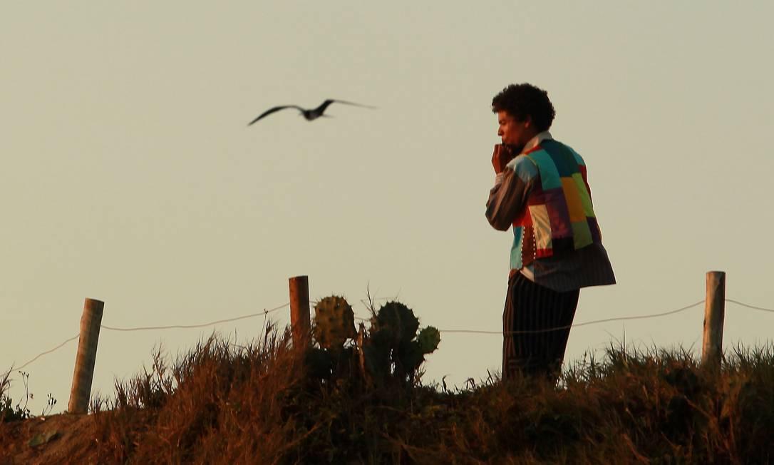 Rapaz toca flauta para saudar o novo dia na Praia do Arpoador, na Zona Sul do Rio Gabriel de Paiva / O Globo