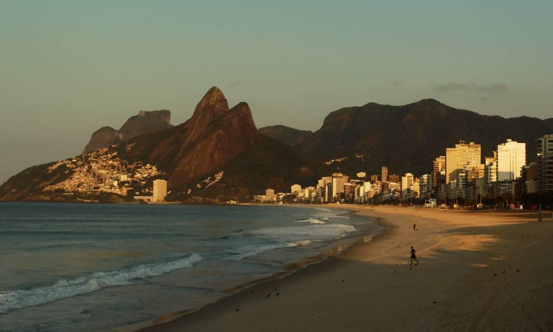Mar calmo nas praia da Zona Sul do Rio na manhã deste sábado Gabriel de Paiva / O Globo