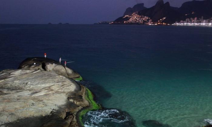 Pescadores curtem o fim da madrugada tranquila na Praia do Arpoador, na Zona Sul do Rio Gabriel de Paiva / O Globo