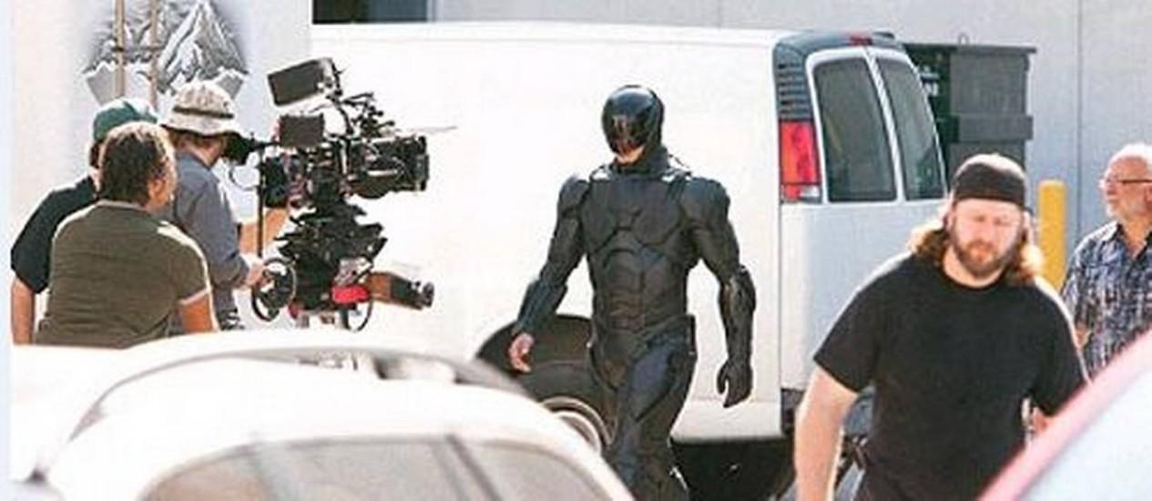 """Joel Kinnaman caracterizado como RoboCop no primeiro dia de filmagens Foto: Reprodução do site """"Coming Soon"""""""