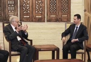 O enviado especial da ONU e da Liga Árabe à Síria, Lakhdar Brahimi (esquerda), em encontro com o presidente da Síria Bashar al-Assad Foto: AP Photo/SANA