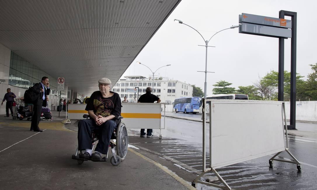 No embarque. O documentarista Silvio Tendler na entrada do Aeroporto Santos Dumont: ele reclama das barreiras próximas à rampa Foto: Simone Marinho