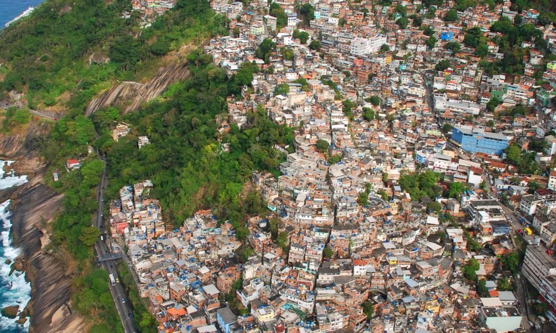 Expansão. Morro do Vidigal, na Zona Sul, é um das áreas que desafiam o próximo prefeito pelo crescimento vertical Foto: Genilson Araújo