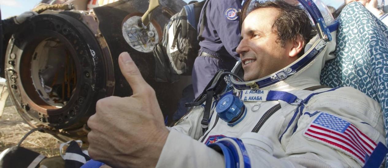 O astronauta americano Joseph Acaba comemora o sucesso da missão na aterrissagem no Cazaquistão Foto: SHAMIL ZHUMATOV / Reuters