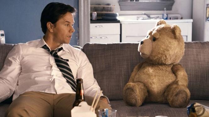 Mark Wahlberg contracena com o ursinho Ted em cena do filme Foto: Divulgação