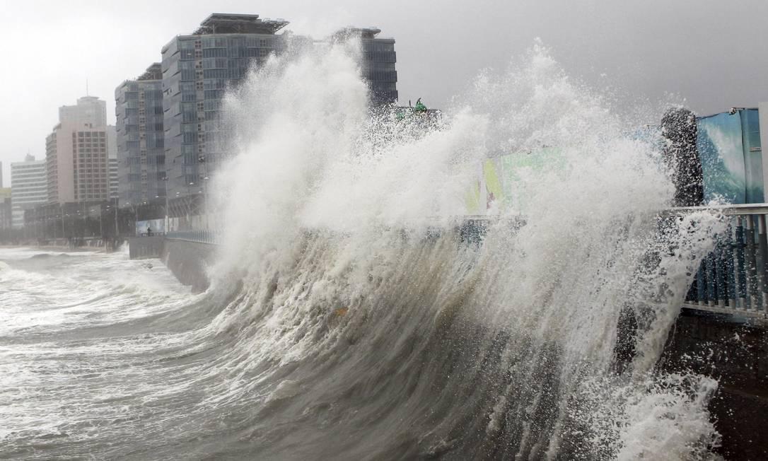 A violência do tufão Sanba deixou uma pessoa morta e uma desaparecida em sua passagem pelo sul do Japão no fim de semana. Na segunda-feira, o fenômeno atinge a costa da Coreia do Sul, gerando ondas gigantes YONHAP / REUTERS